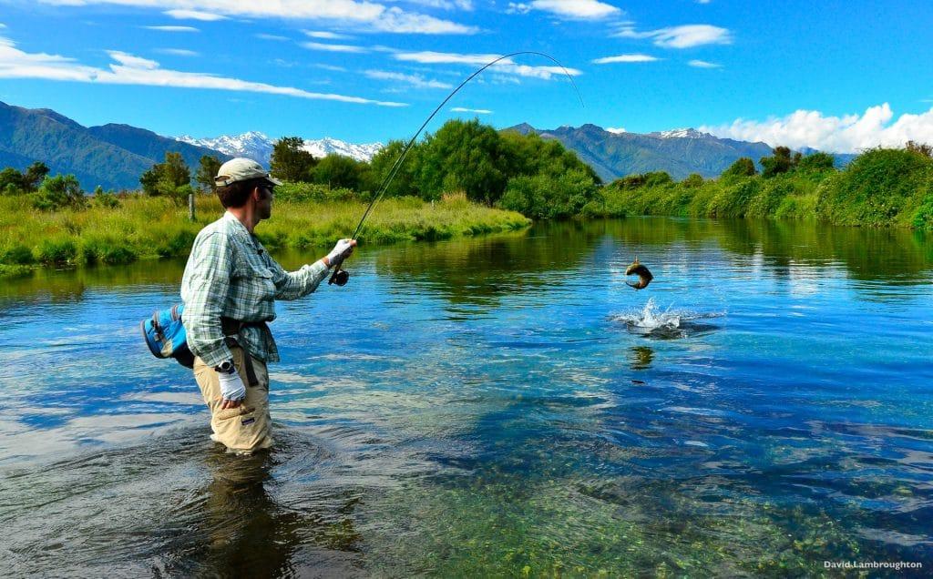 Pêche de la truite en Nouvelle-Zélande, dans un paysage de carte postale