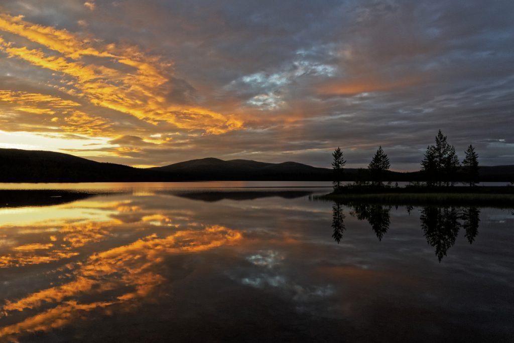 Coucher de soleil sur le Lac Luirojärvi dans le Parc National Urho Kekkonenenfinlande