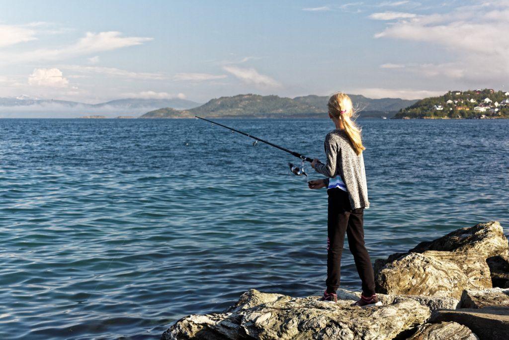 enfant qui pêche en norvège