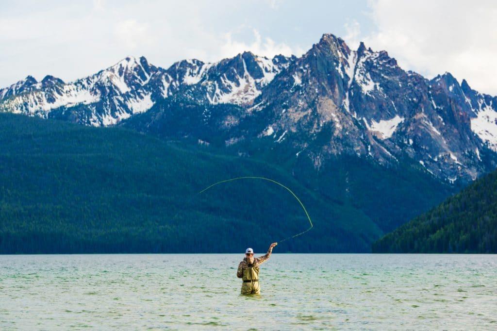 Pêcheur à la mouche sur lac Redfish, vers Stanley dans l'Idaho
