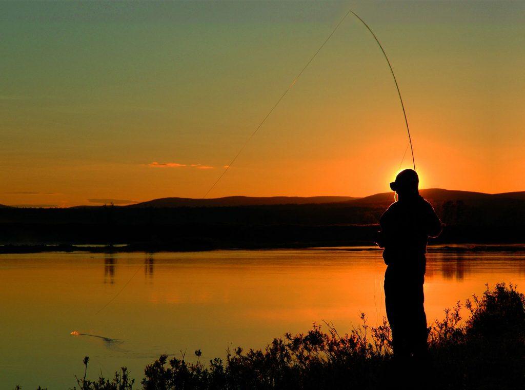 Pêche à la mouche en Finlande, au coucher du soleil