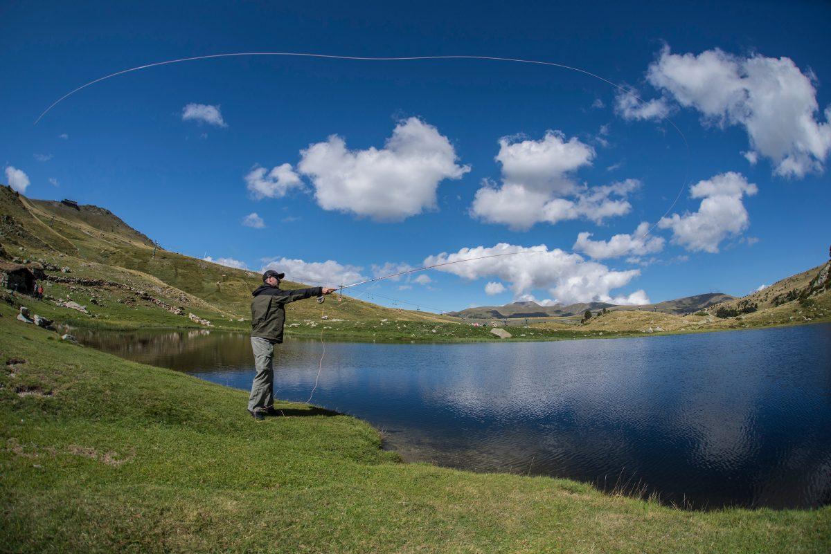 Pêche à la mouche en Andorre, sur un lac de montagne