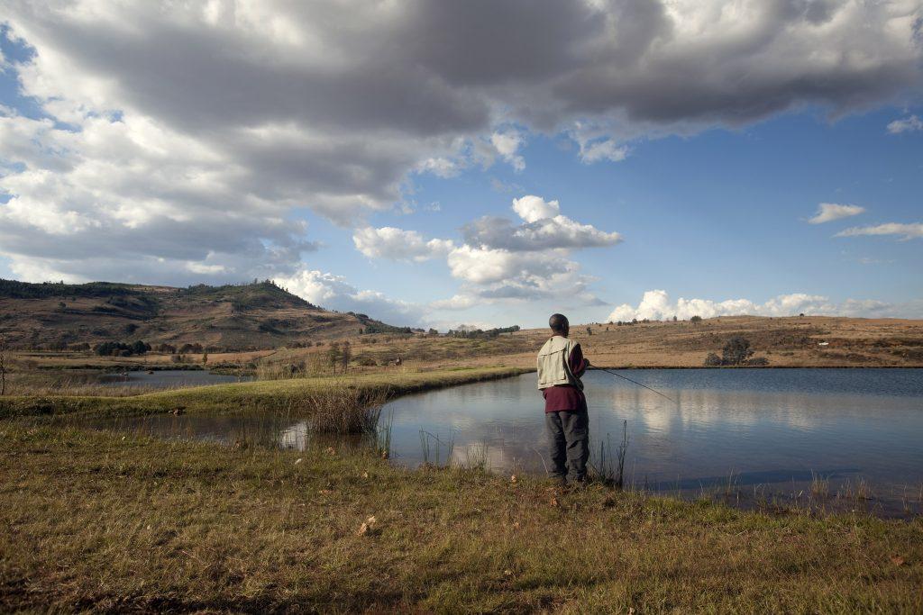 Pêcheur sur un lac en Afrique du Sud