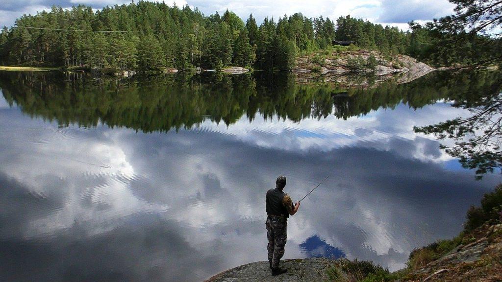 Pêcheur sur un lac en Norvège