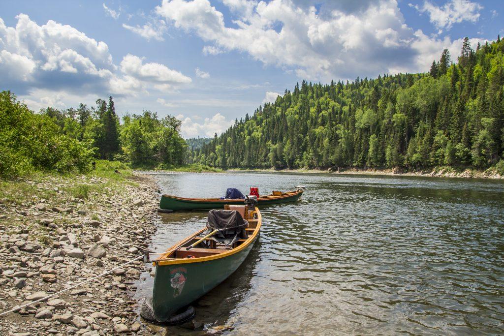 2 canoës sur la rivière Restigouche