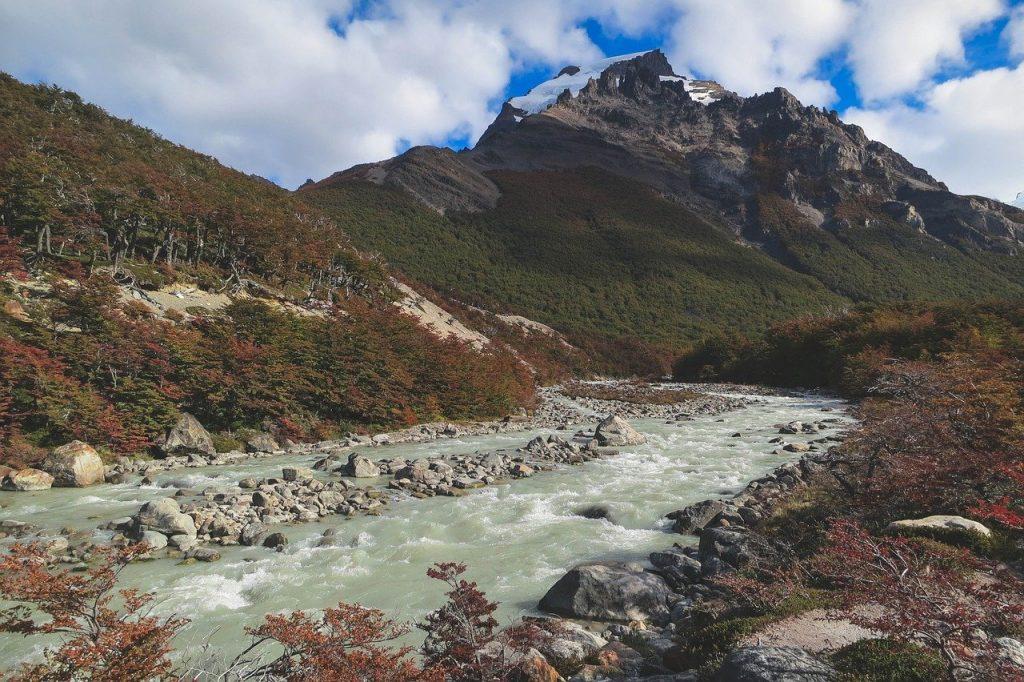 Une magnifique rivière qui s'écoule en Patagonie Argentine