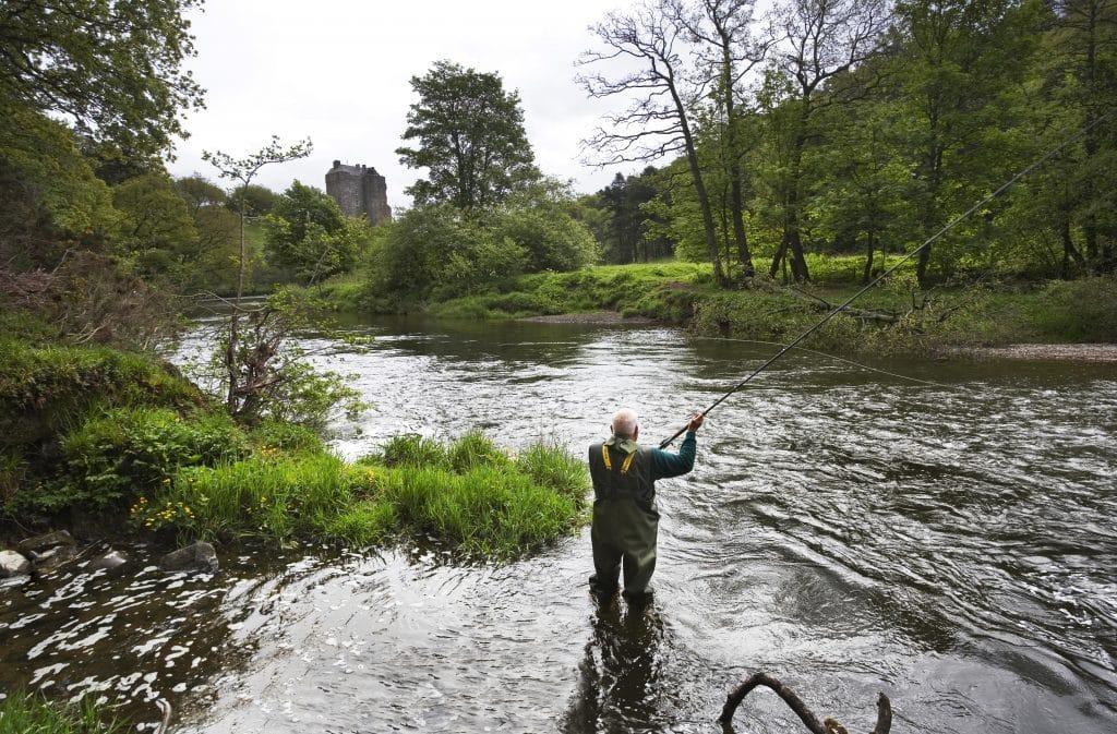 Pêcheur sur la rivière Tweed en Ecosse