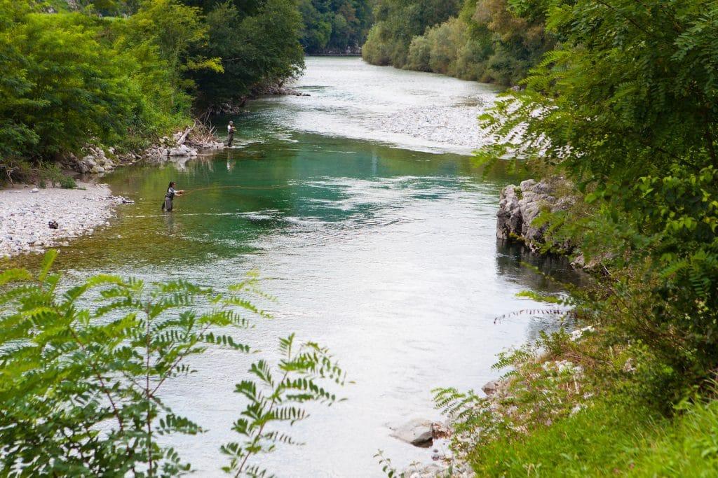 Pêcheurs à la mouche sur la rivière Idrijca