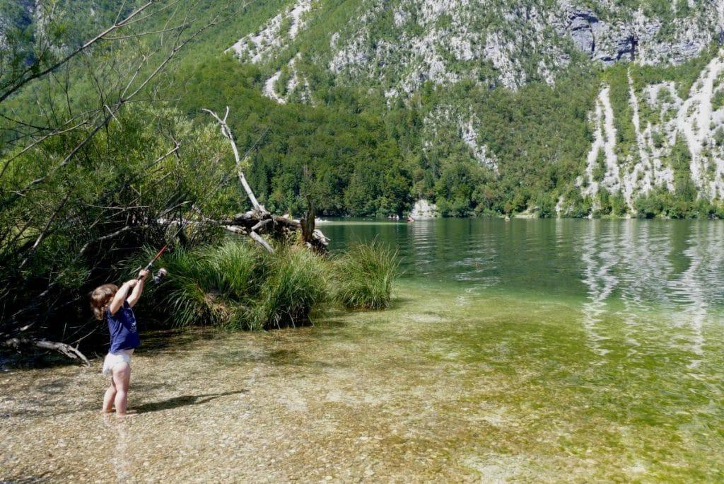 Enfant pêchant sur le Lac de Bohinj en Slovénie