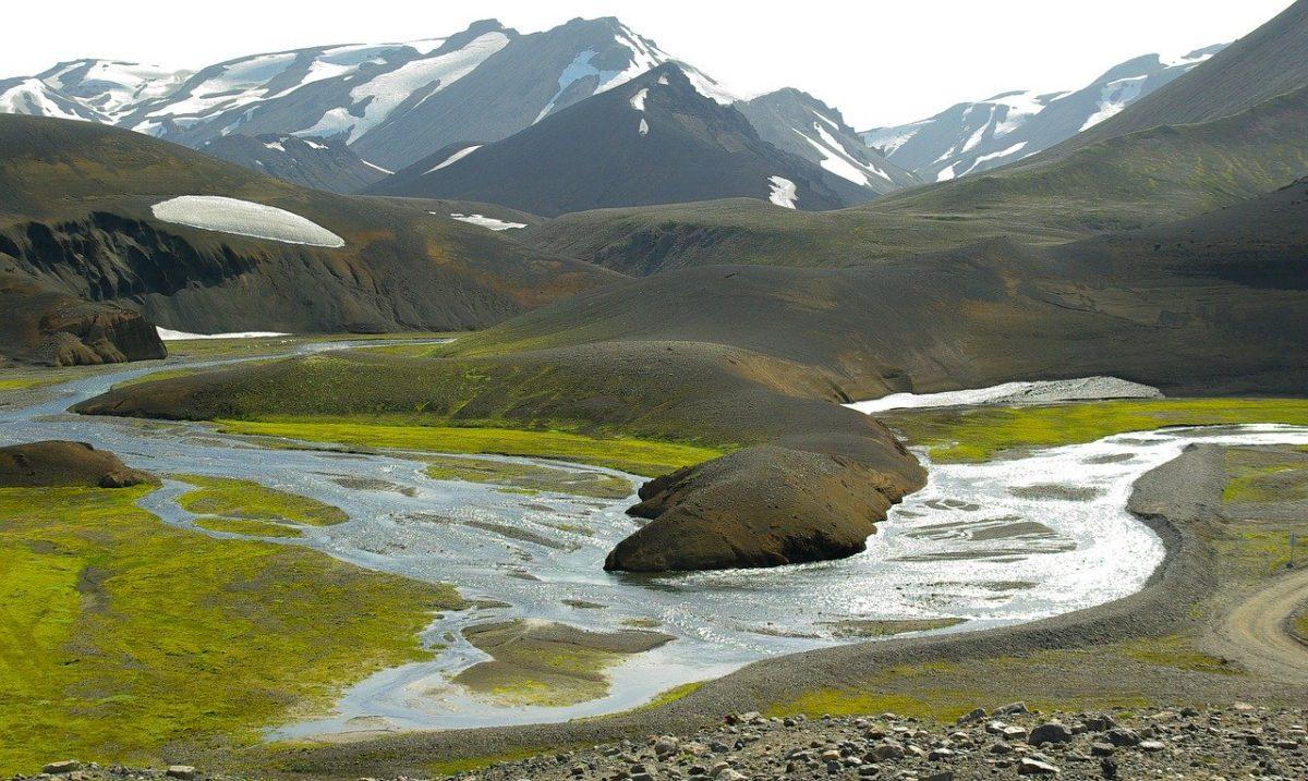 Pêcher sur une rivière d'Islande, en pleine nature