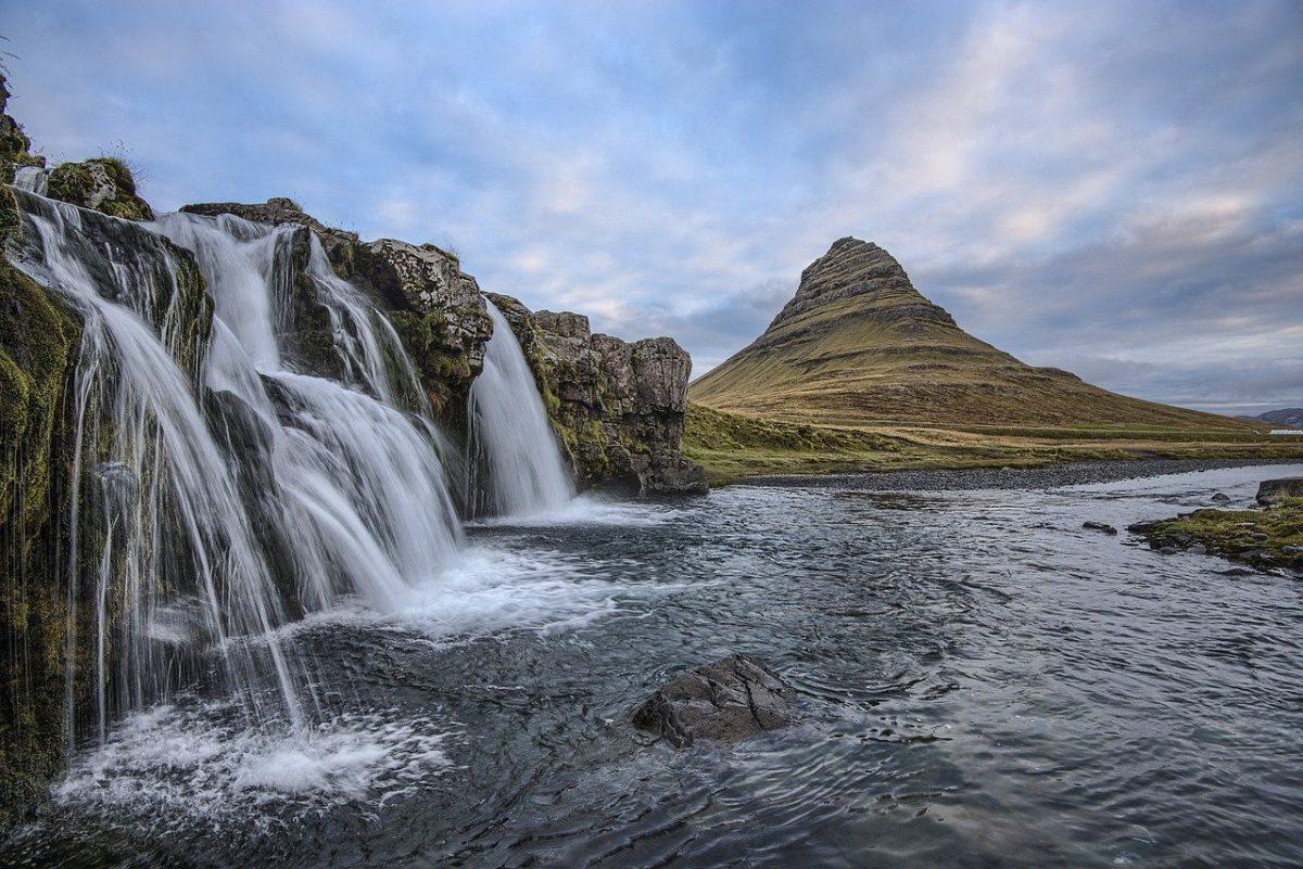 Cascade sur une rivière en Islande