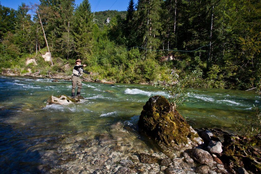 Pêcheur à la mouche sur la rivière Sava Dolinka
