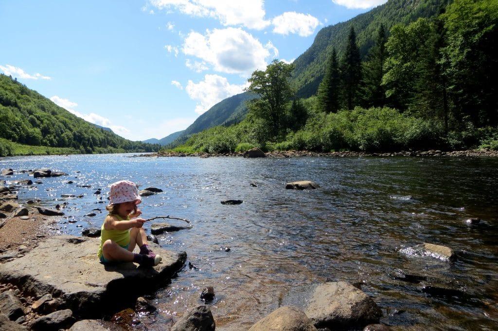 enfant sur les rives de la rivière Jacques Cartier