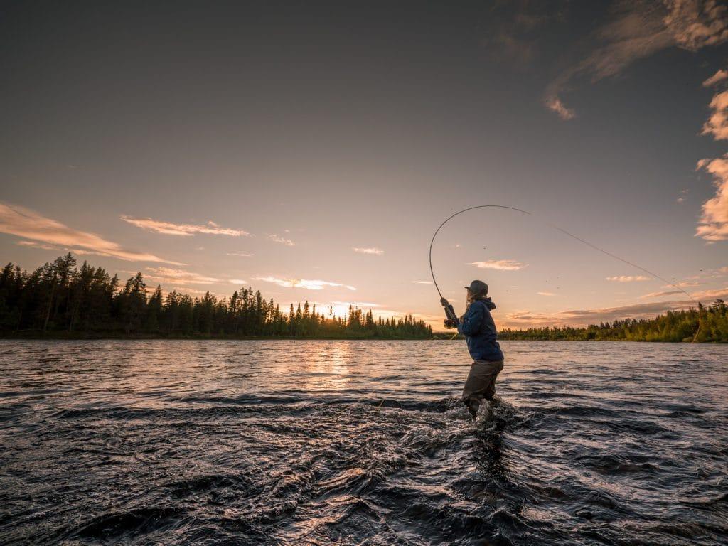 Pêcheur en Laponie suédoise