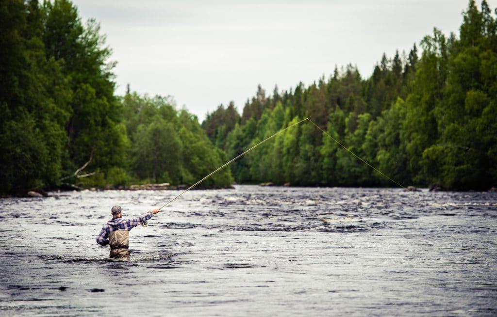 Pêcheur de saumon en Laponie suédoise