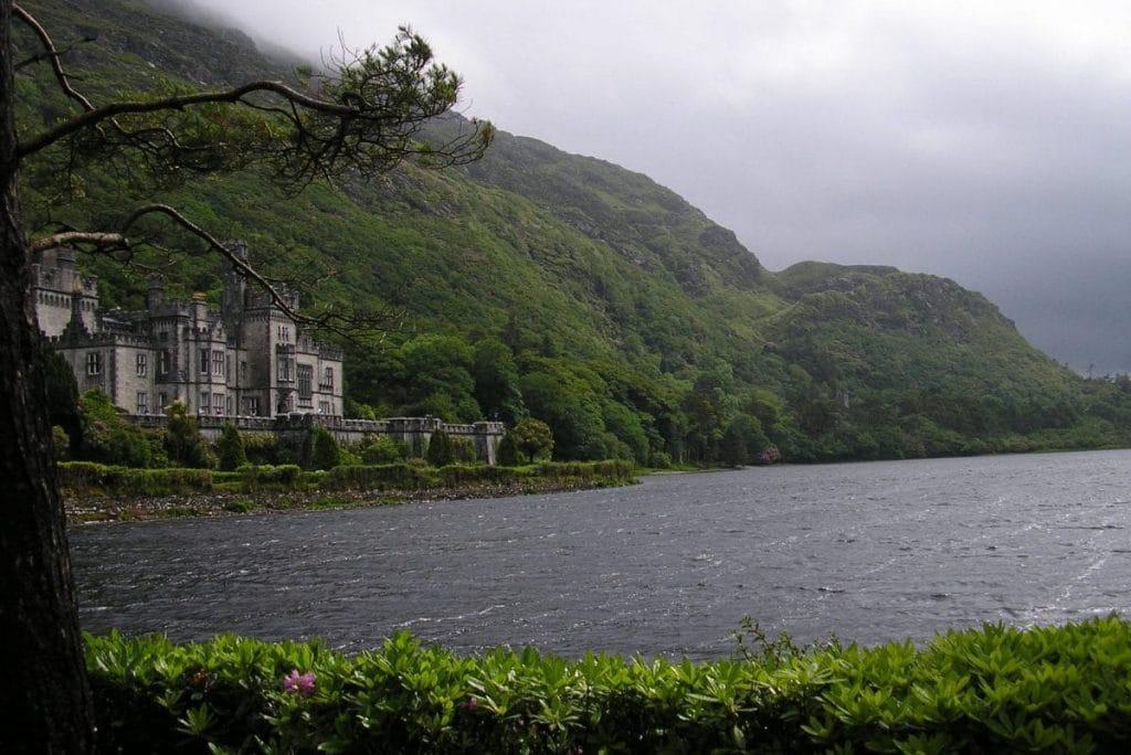 Vue de l'abbaye Kylemore et de son plan d'eau