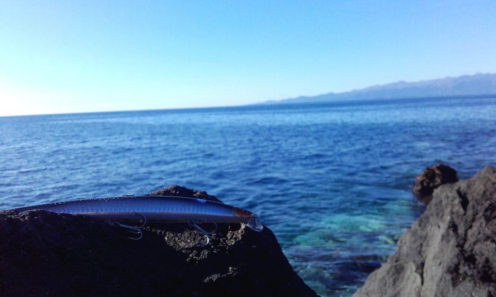 leurre pour la pêche devant l'océan