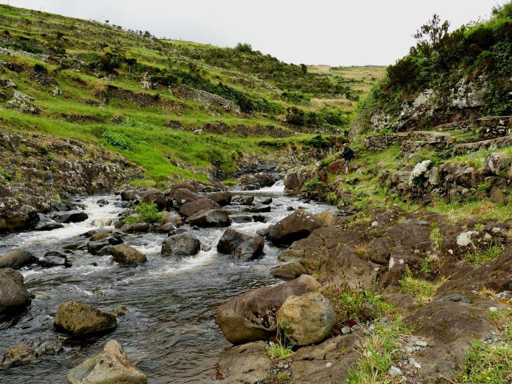 Rivière à truites (Flores aux Açores) et un pêcheur