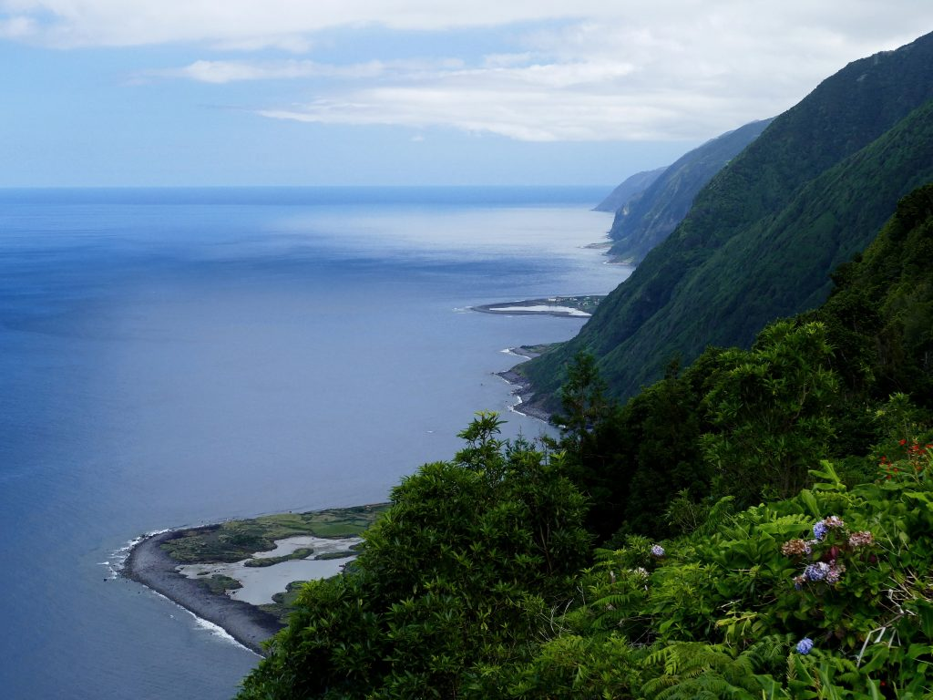 Faja dos Cubres, et Faja da caldeira do Santa Cristo au fond. Sao Jorge - Açores