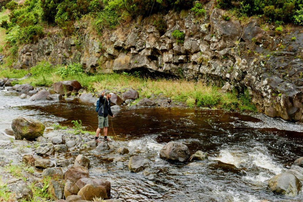 Pêche à la mouche dans une rivière sur Flores (Açores)