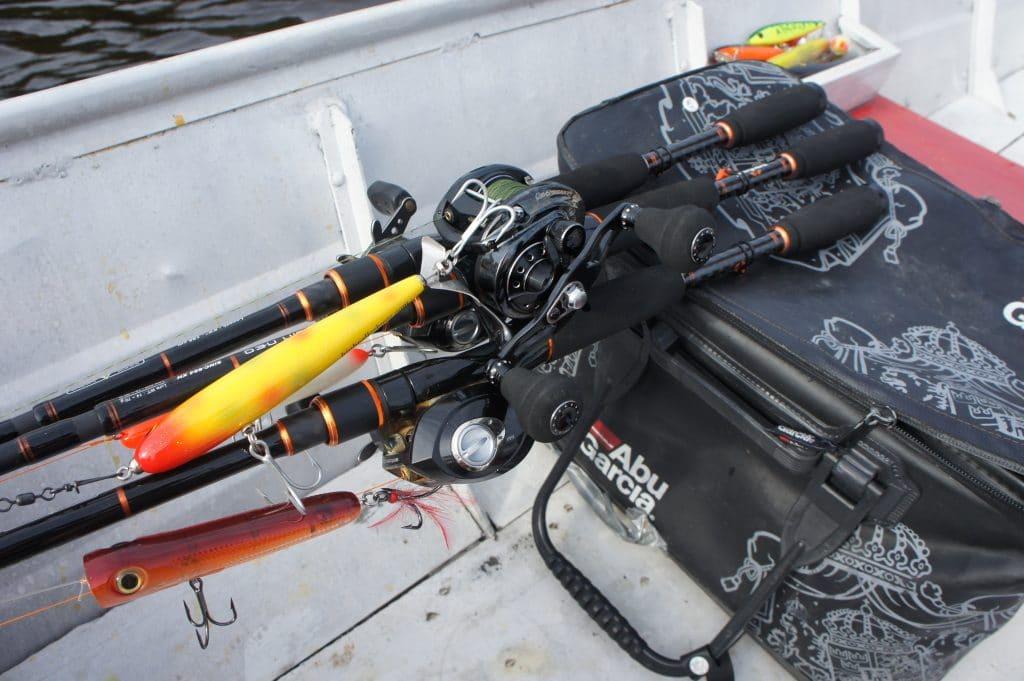 Les cannes à pêche qui ont fait le voyage et qui vont se mesurer aux poissons du Rio Negro