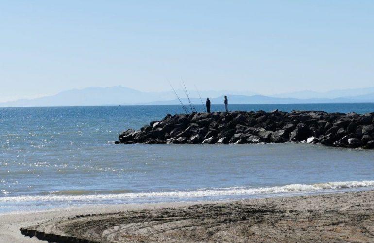 pêcheur sur la plage de la Tamarissière - Agde