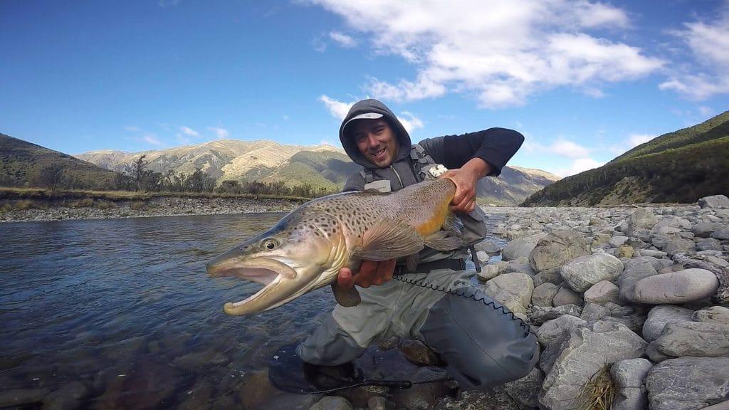 pêcheur avec une énorme truite en Nouvelle-zélande