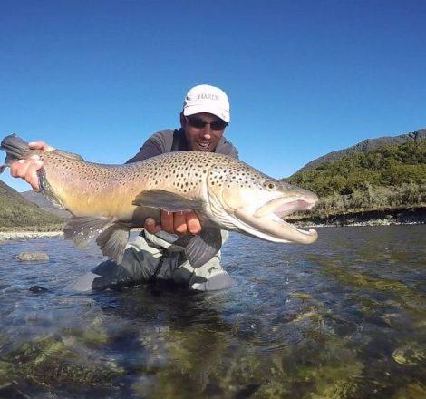 pêcheur avec une truite énorme en Nouvelle-zélande