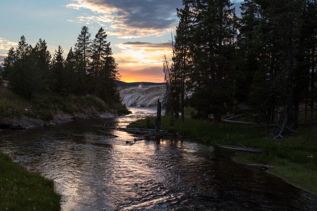 Coucher de soleil sur la rivière Firehole