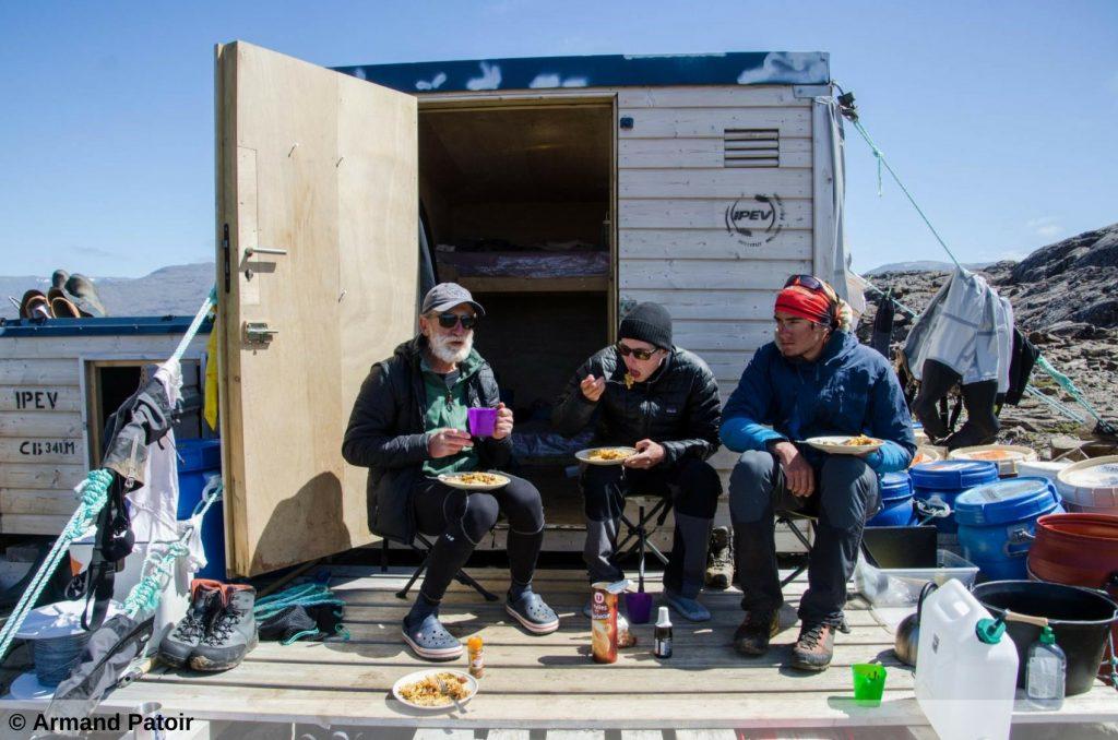 Un repas proche d'une cabane, sur les îles Kerguelen