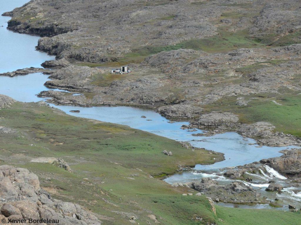 Cabane proche d'une rivière sur les îles Kerguelen