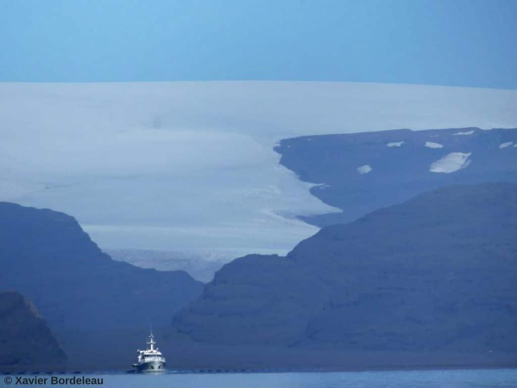 bateau navigant au large des îles Kerguelen