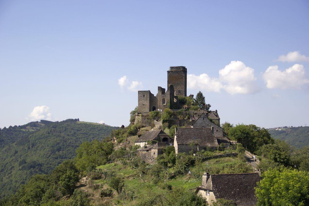 Vue sur le château de Valon en Aveyron